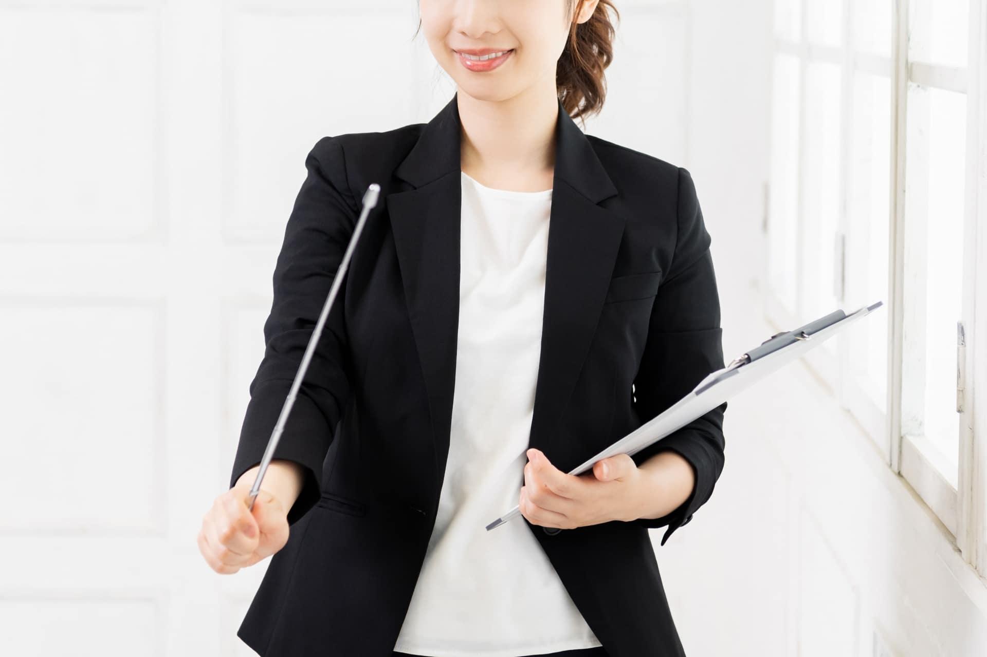 支持棒を持つ女性