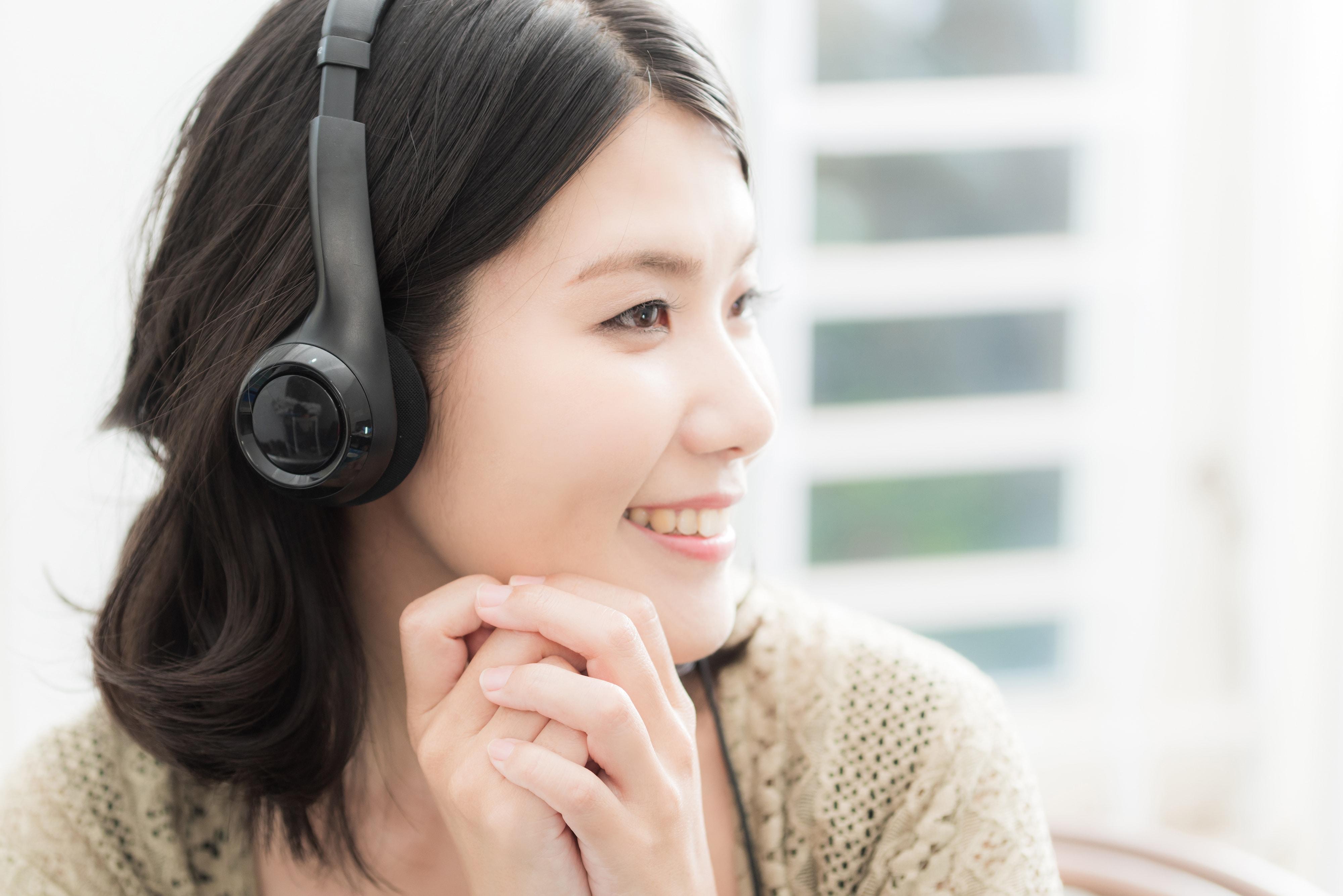 ラジオを聴く女性