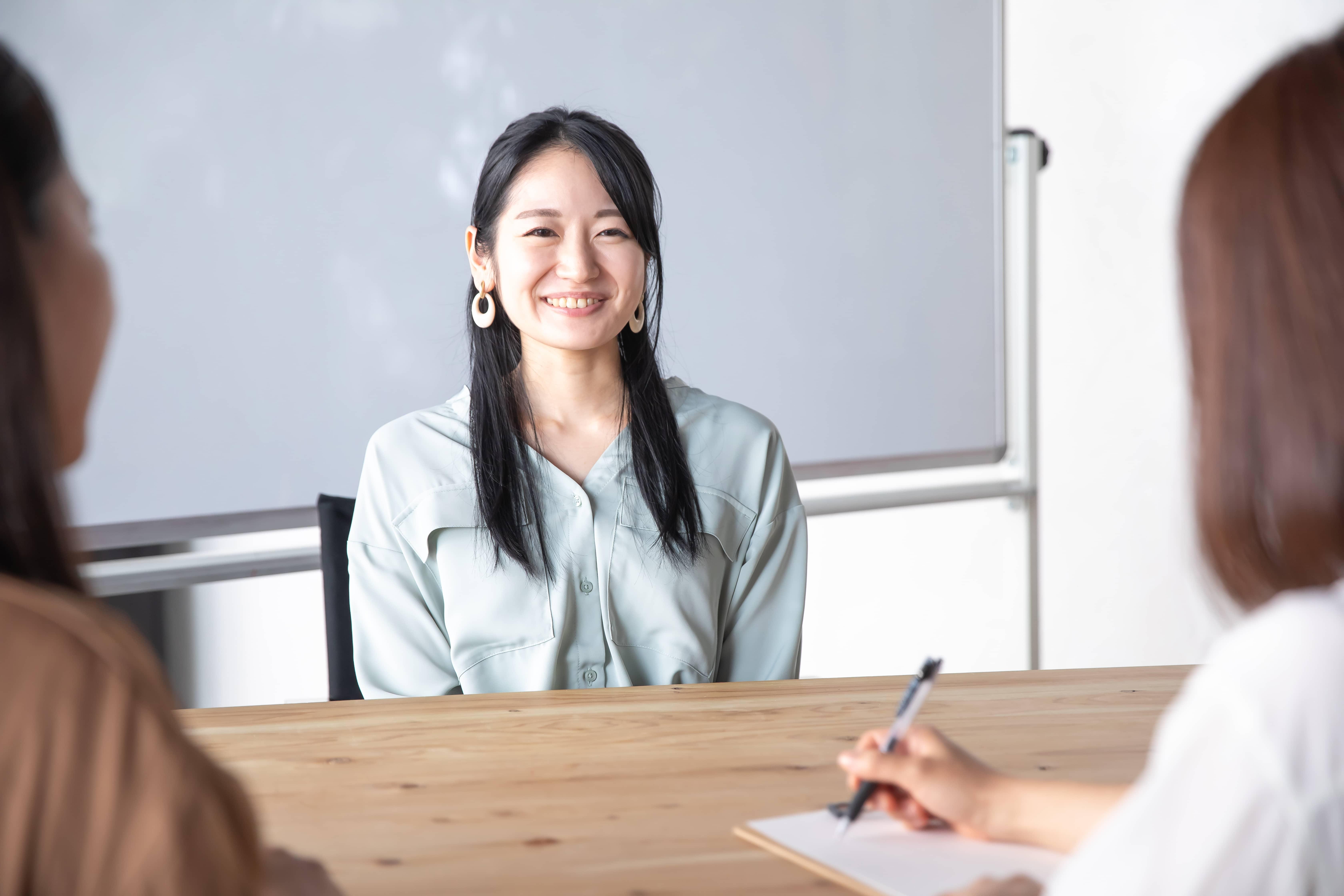 会議室の女性