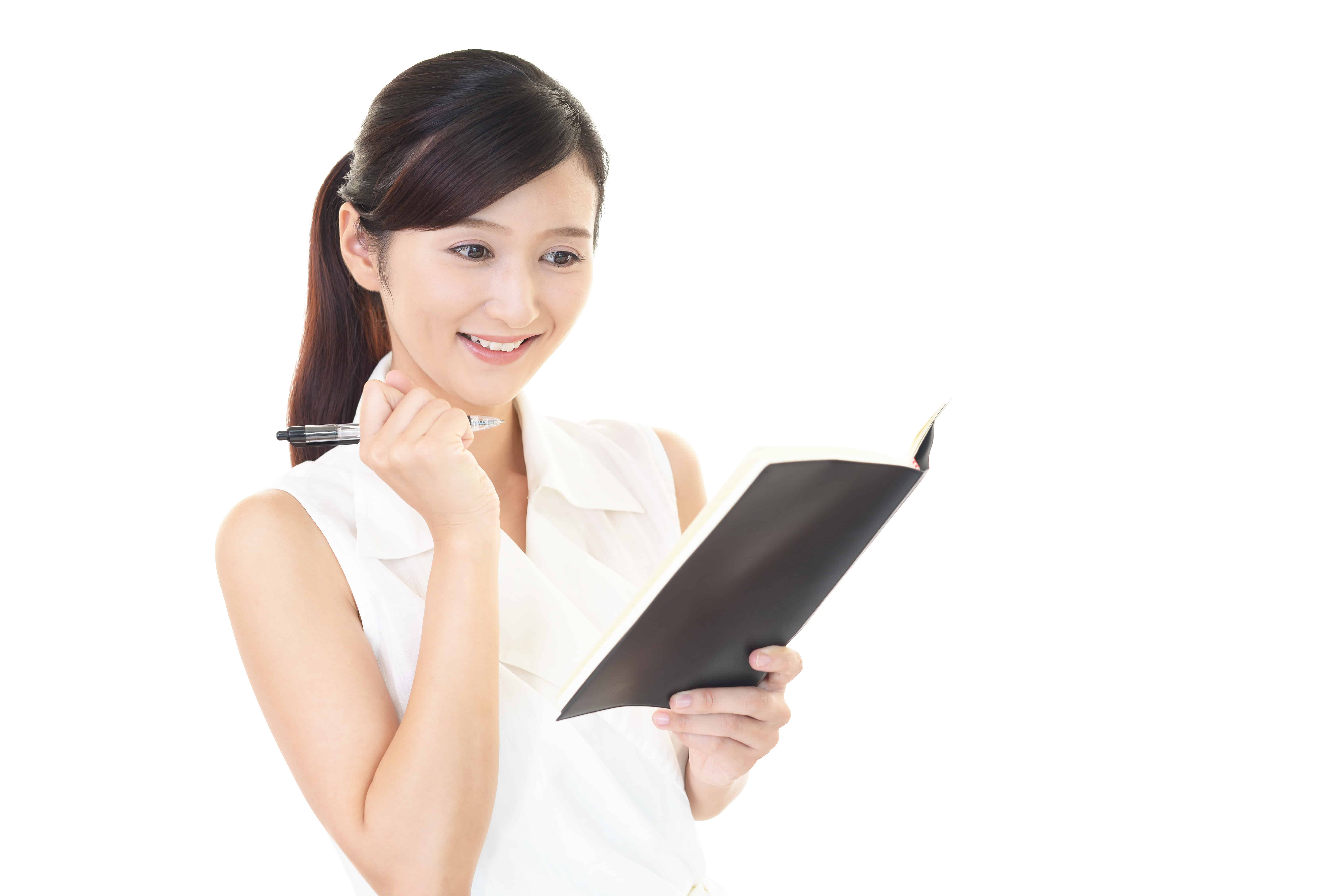 スケジュール帳を見る女性