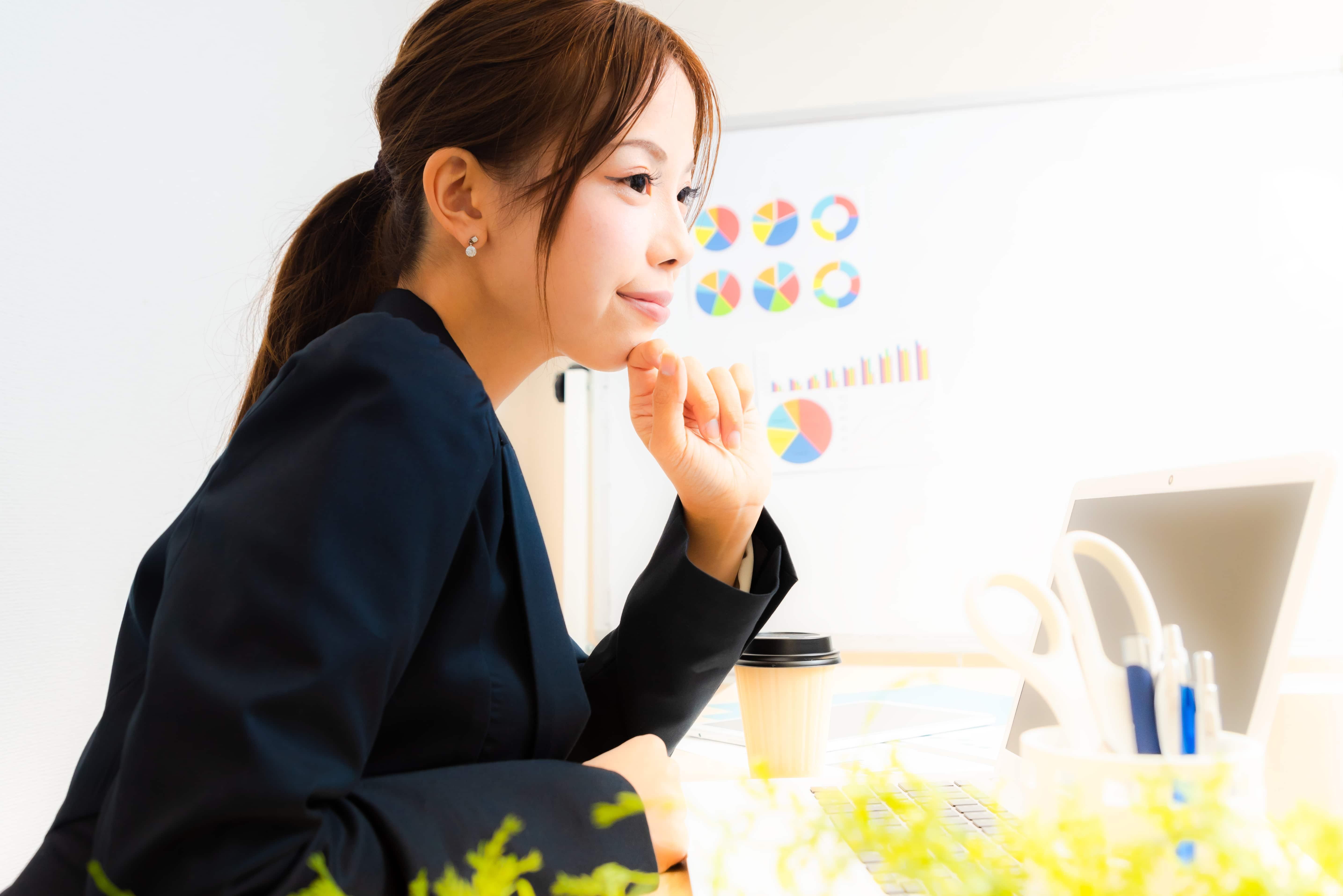 仕事で考え込む女性