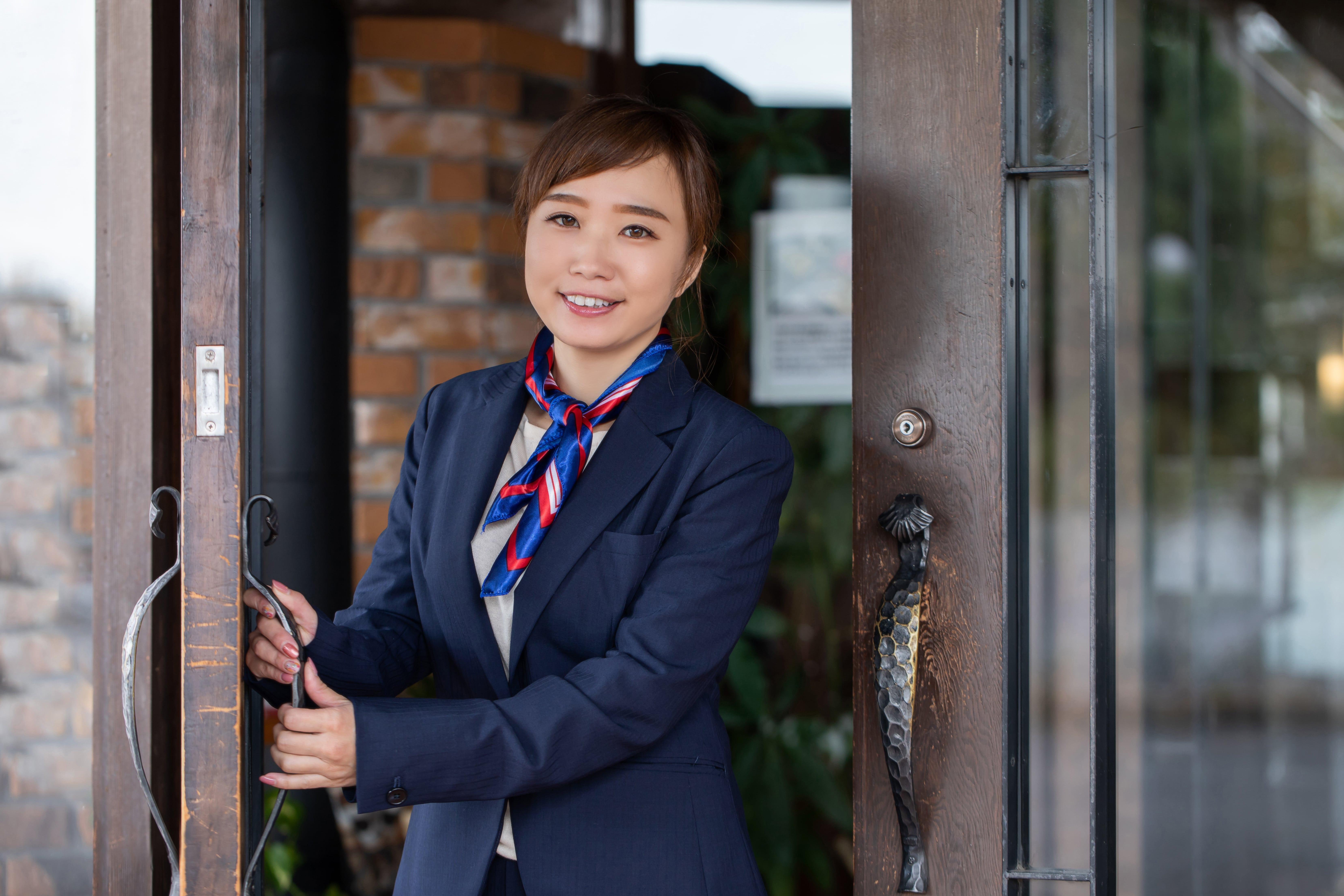 ドアを開けるホテルスタッフ
