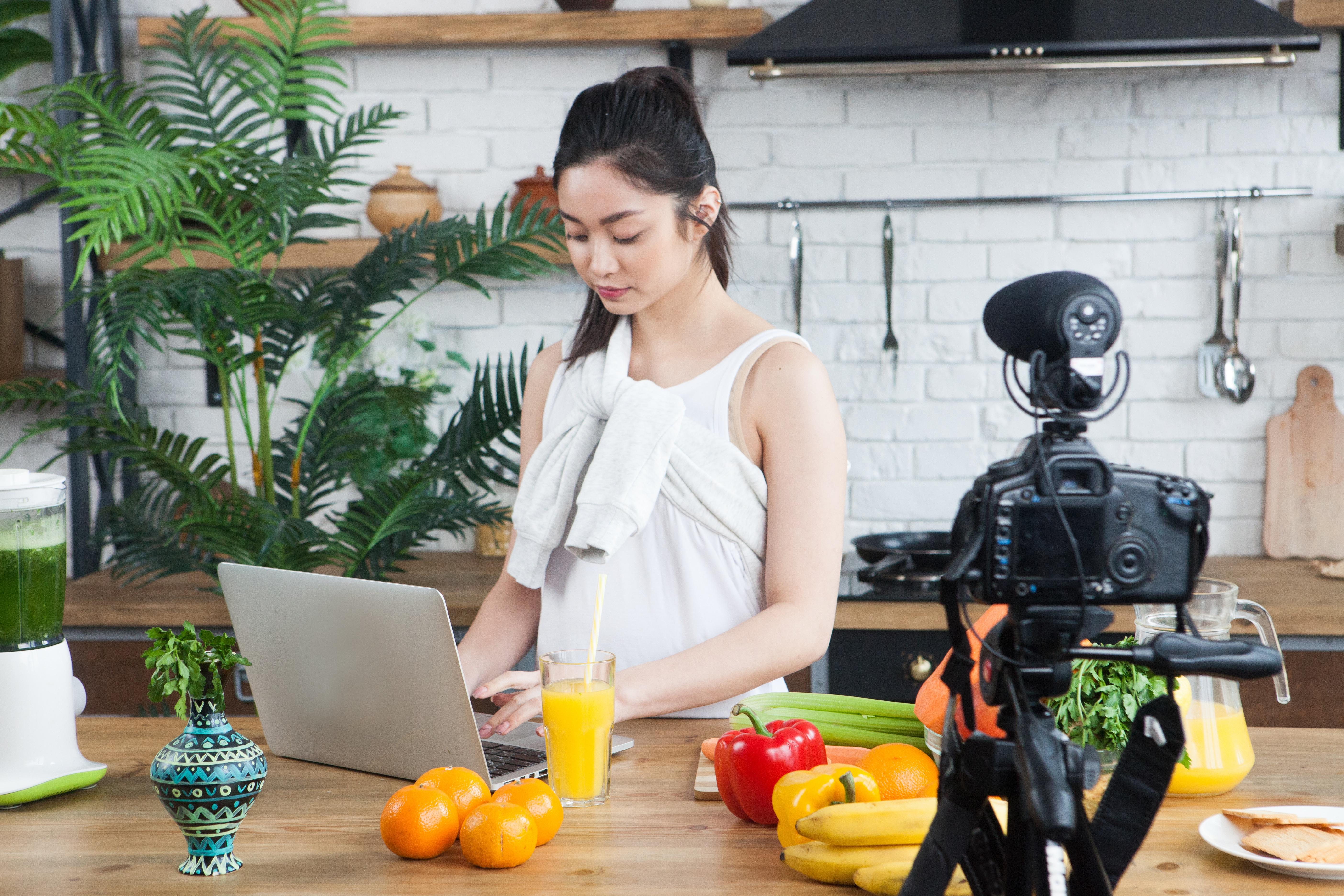 動画を取りながら料理をする女性