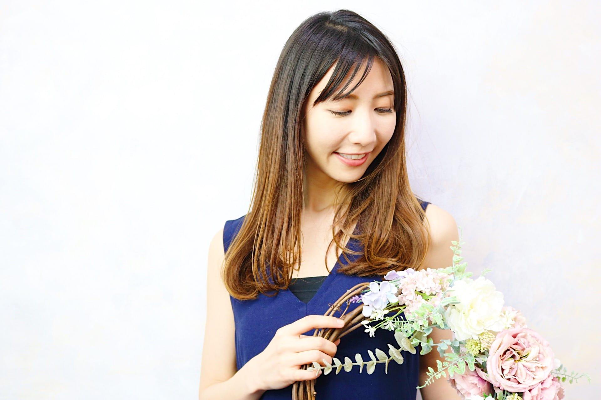 ハンドメイドの花を持つ女性