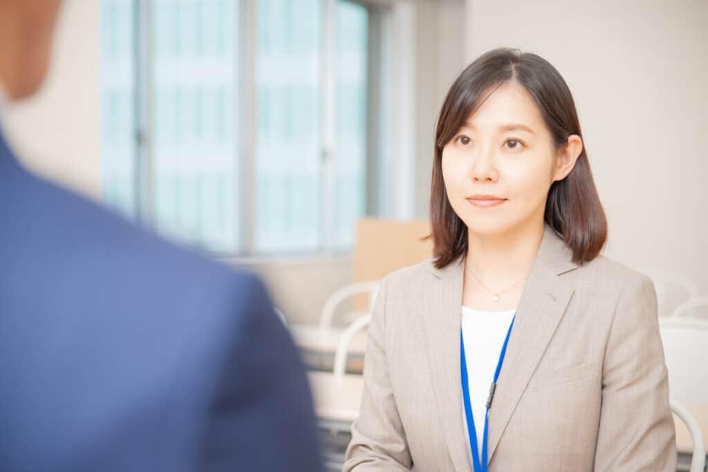 インタビュー前の女性