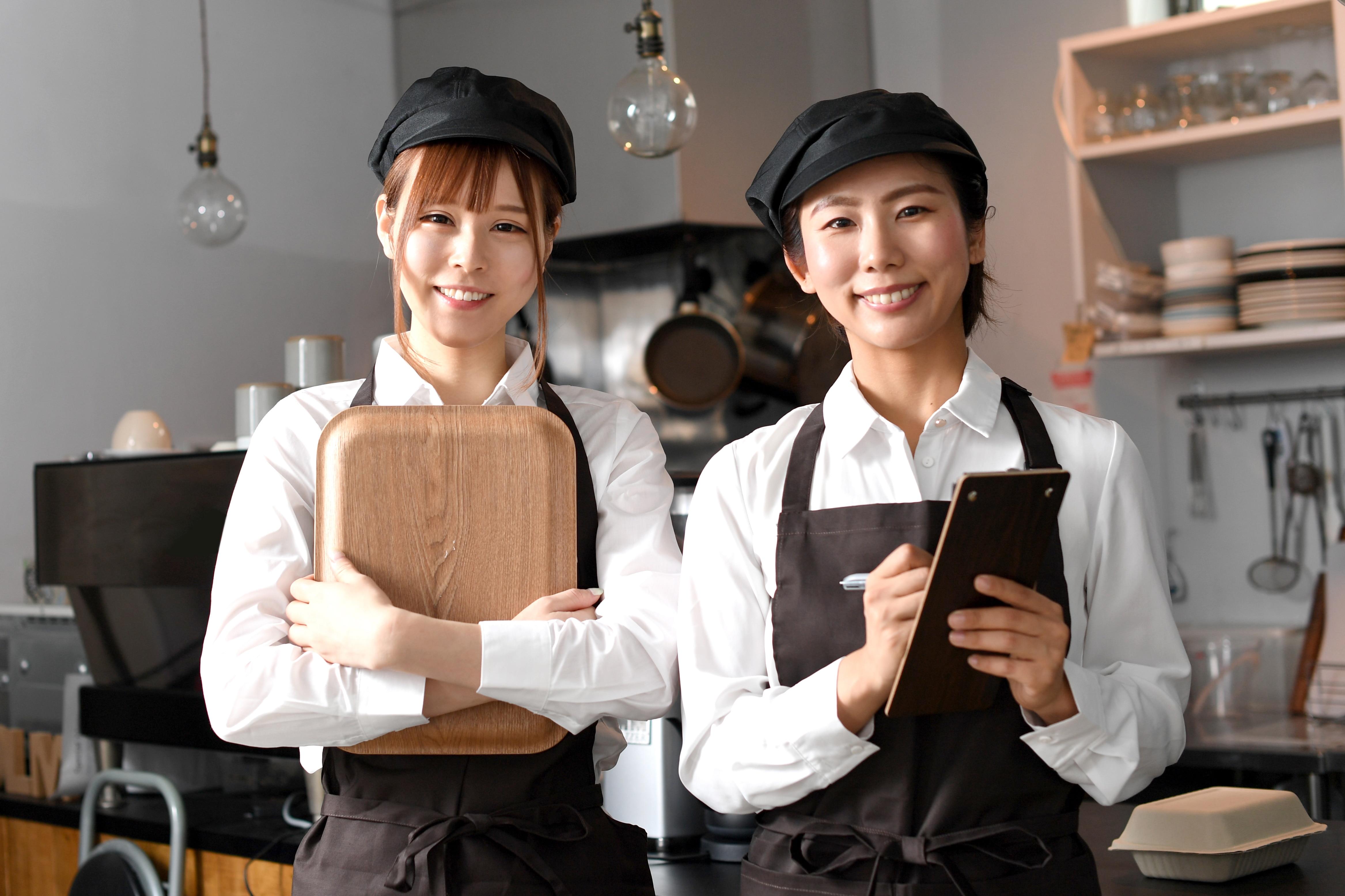 カフェで働く女性たち